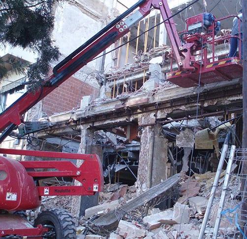 excavadora de Aracons derribando un edificio